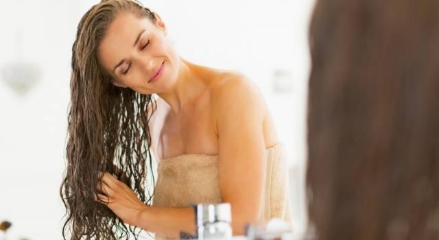 Togliere le doppie punte senza tagliare i capelli: ecco come si può