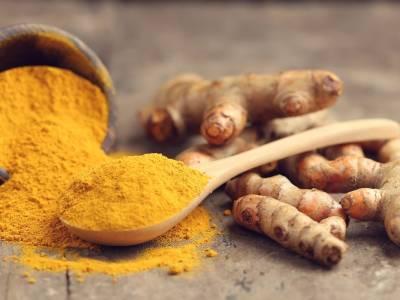 Come preparare in casa un antibiotico naturale a base di curcuma e miele