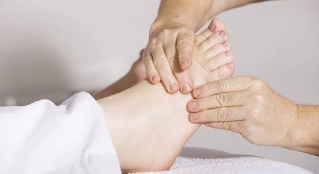 Il gonfiore ai piedi colpisce tipicamente durante la stagione calda, ma può colpire anche durante il resto dell'anno.
