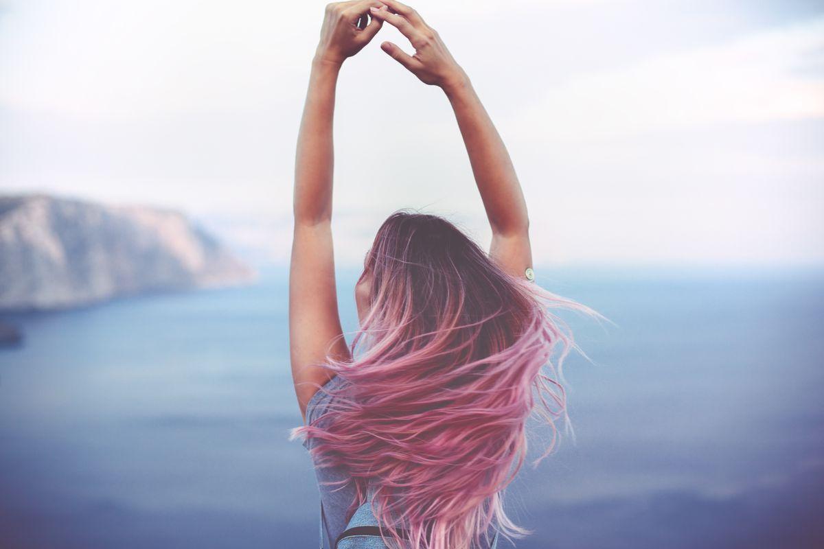 Donna con capelli rosa