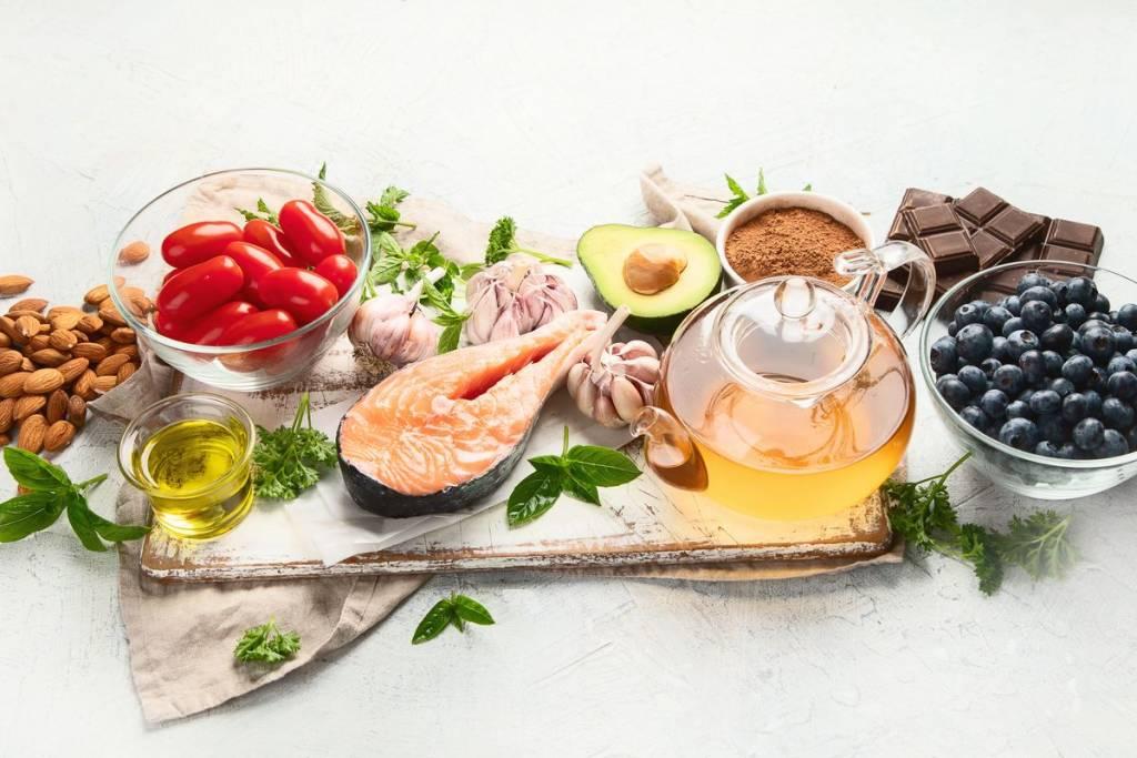 Salmone, pomodori e frutta secca