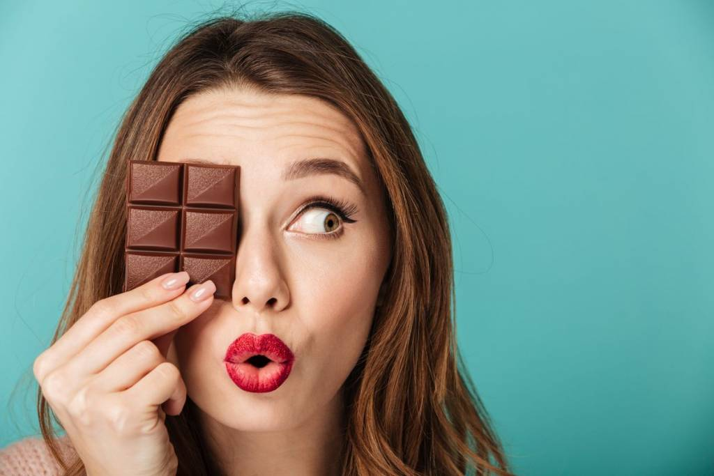 donna con cioccolato fondente