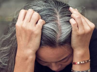 Addio tinta! Ecco come coprire i capelli bianchi in modo naturale