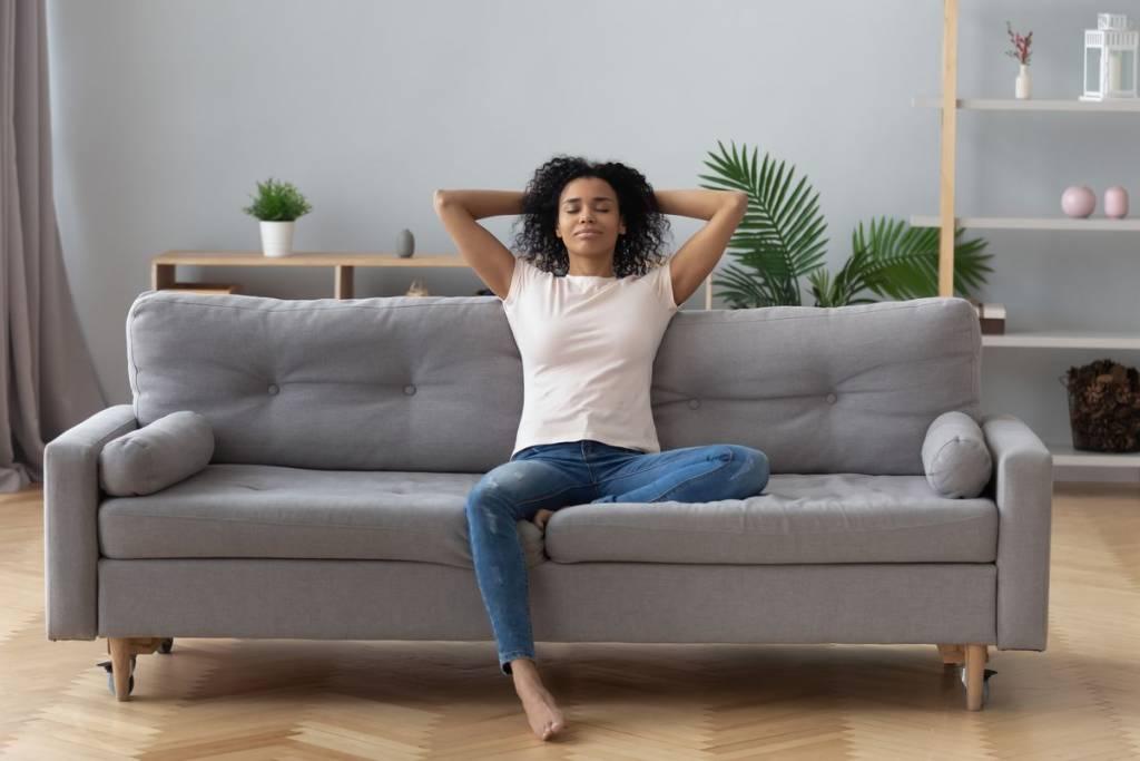 Donna respira sul divano