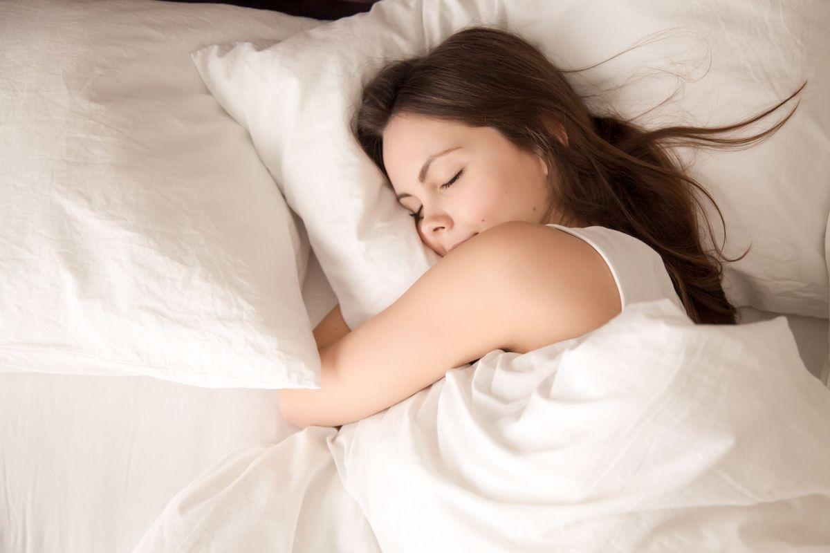donna dormire cuscino