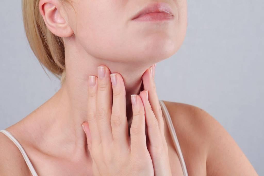 Donna con dolore alla tiroide