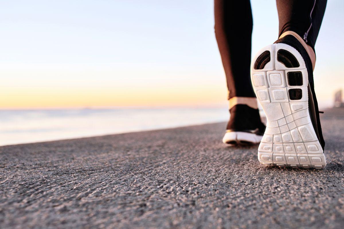 gambe di donna che cammina