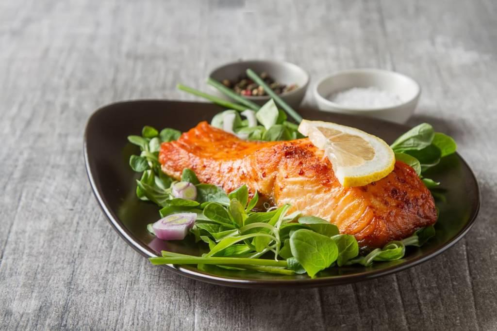 salmone e insalata