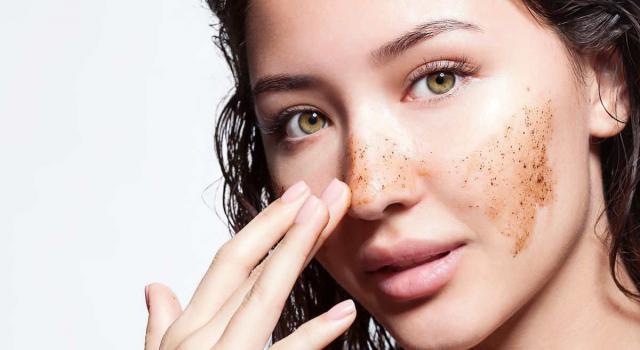 Scrub viso: quali sono i benefici e come prepararlo a casa