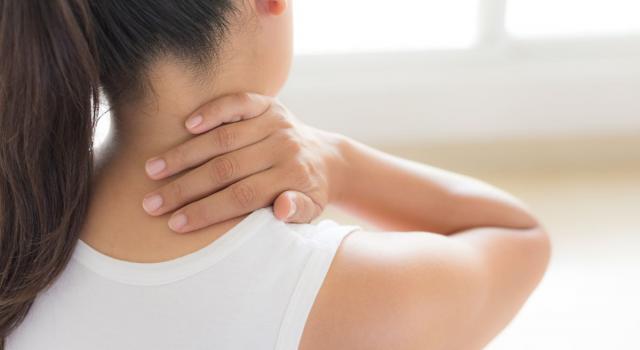 Dolore al collo: da cosa dipende e come rimediare