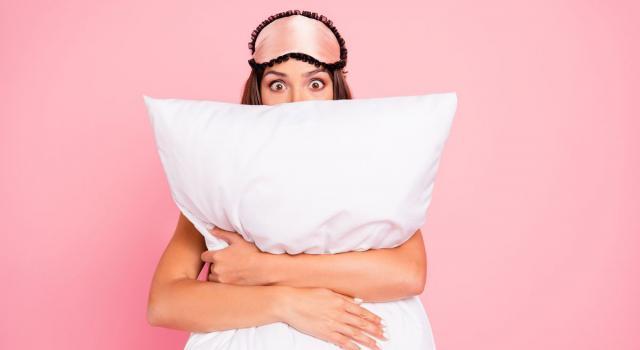 Dormire senza cuscino: i pro e contro che dovresti conoscere