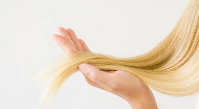 Acqua ossigenata sui capelli: un modo semplice ed efficace per schiarirli