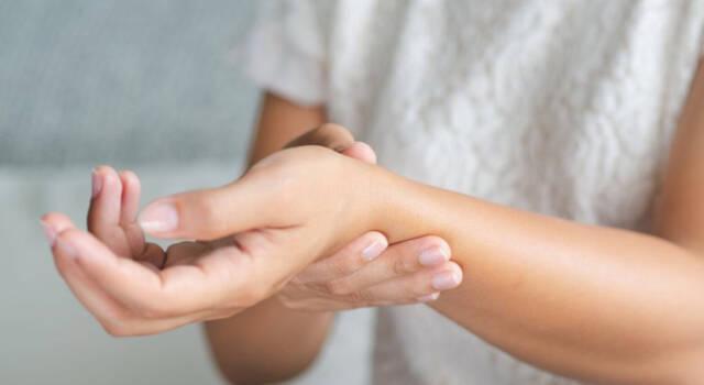 Dolori alle mani: da cosa dipendono e come curarli