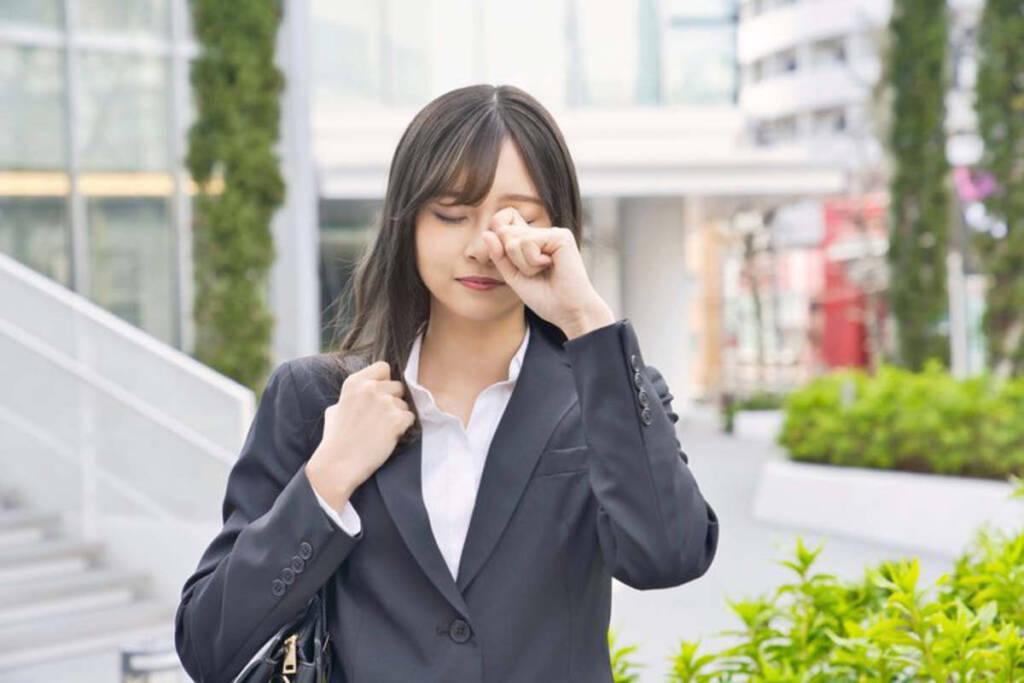 donna con problema occhio