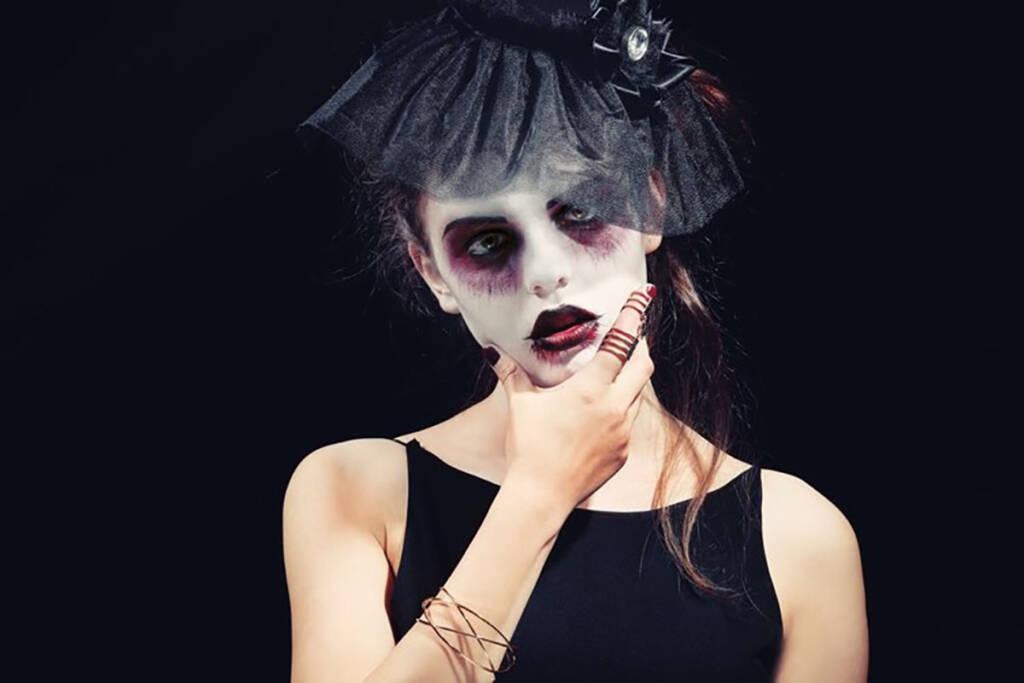 Donna truccata da zombie