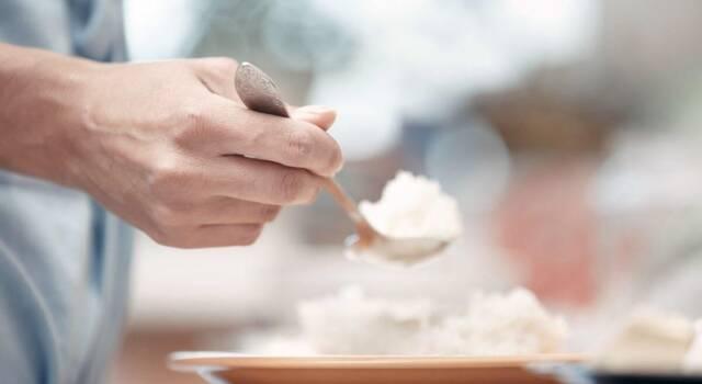 Cosa mangiare dopo aver vomitato: le regole da seguire per stare meglio